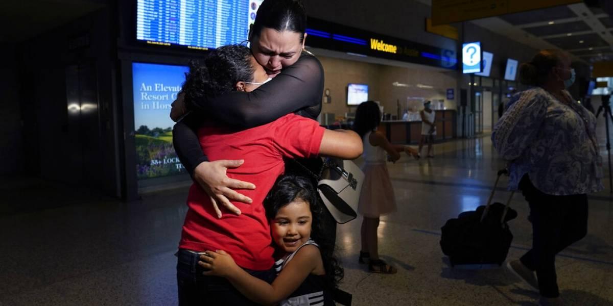 """""""¡Esa es mi hija!"""": Mujer se reencuentra con su hija migrante tras verla en la televisión"""