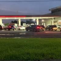Ciudadanos abarrotan las estaciones de gasolina