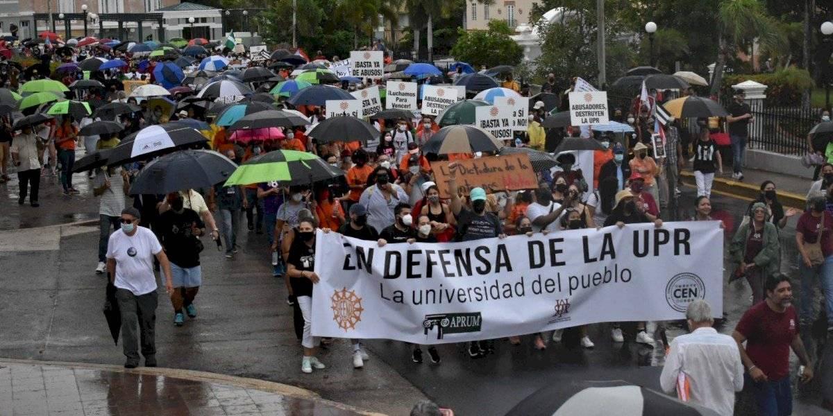 Bajo lluvia y lloviznas, estudiantes y docentes de la UPR marchan del Capitolio hasta Fortaleza