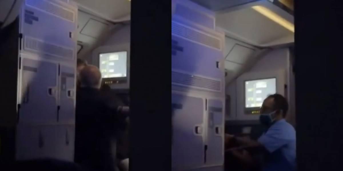 Tripulación aguantan a pasajero que intentó abrir la puerta de avión en pleno vuelo