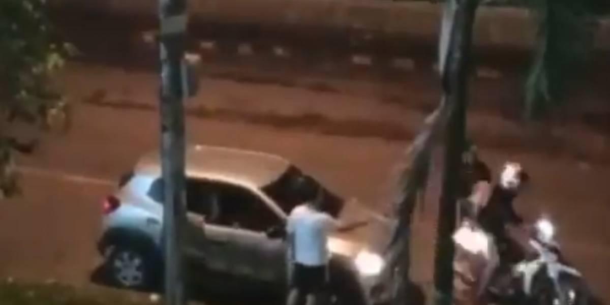 En video el momento en que ladrones apuntan a mujer en la cara para robarle a su perro