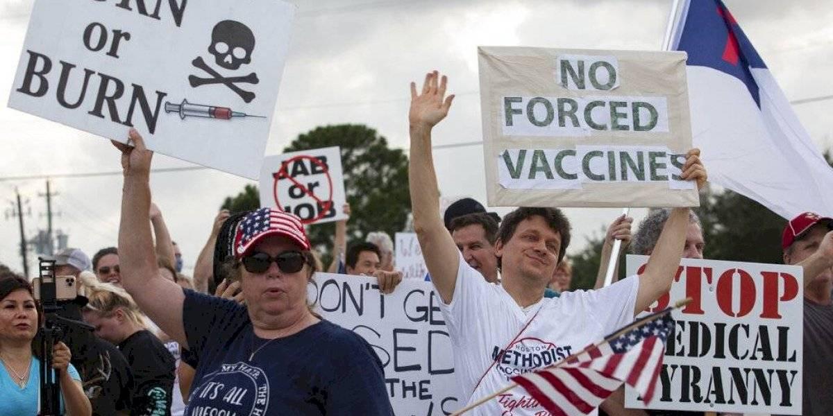 Trabajadores en Houston demandan hospital que les exige vacunarse contra COVID