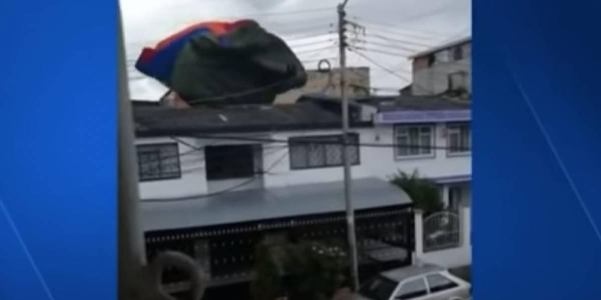 Juego en inflable y ráfaga de viento desató el caos: un menor terminó en un techo