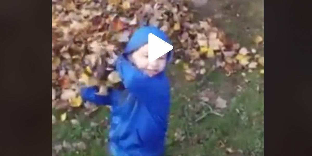 Mujer capta en video momento en que figura invisible empuja a su hijo pequeño