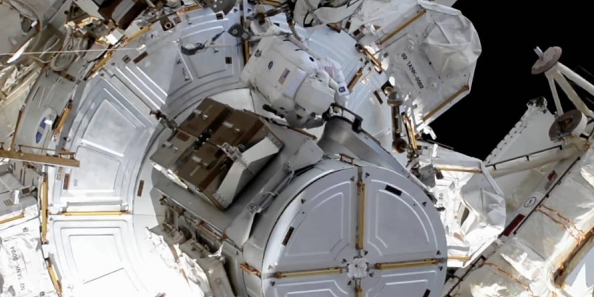 Astronautas instalan nuevos paneles solares en la EEI durante caminata espacial