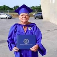 Profesora se gradúa después de 42 años dando clases en la UPR