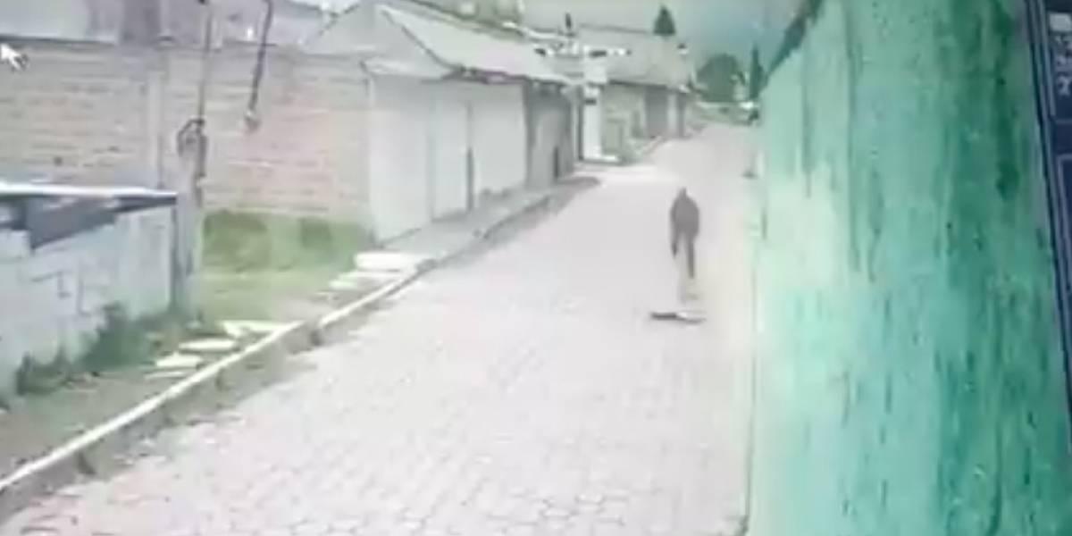 VIDEO: Ciclista muere instantáneamente luego de caer en un bache en México