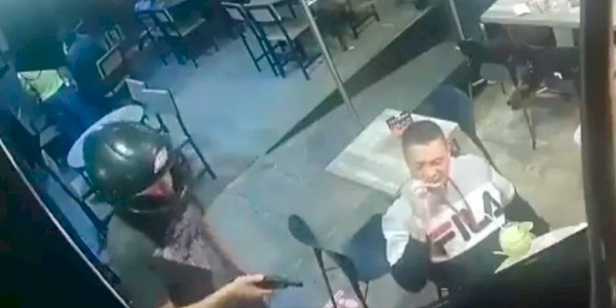 Hombre no paró de comer alitas mientras era asaltado en México