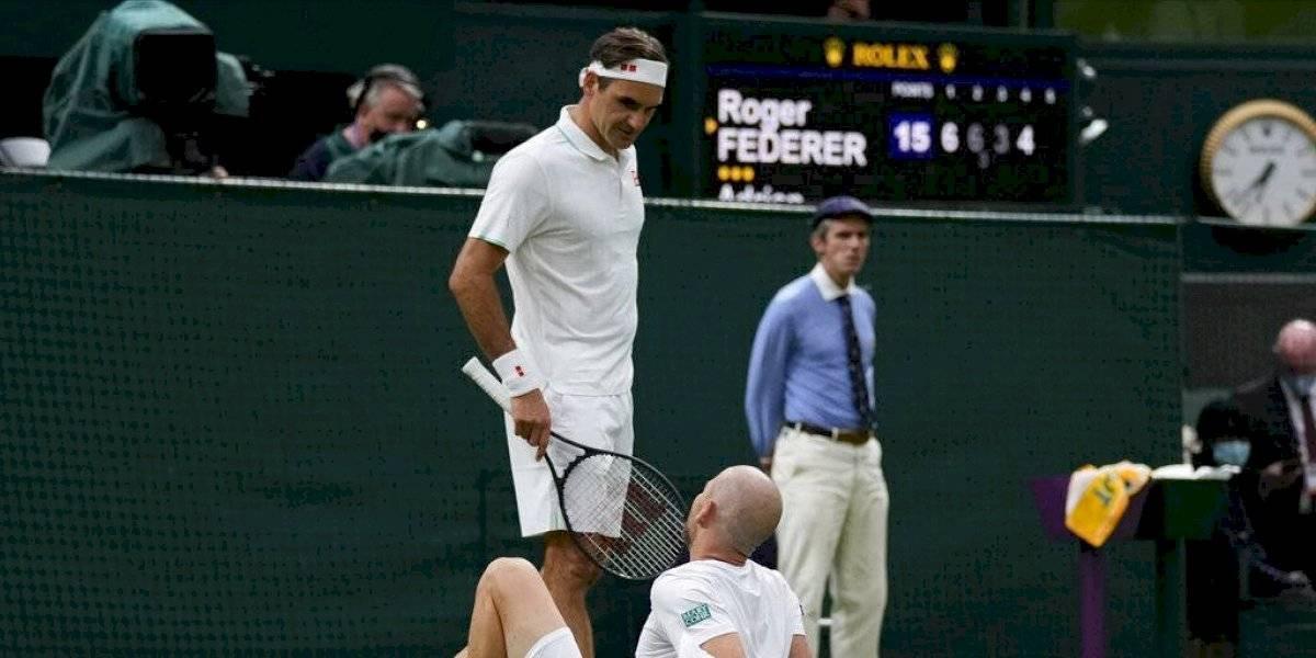 Federer sobrevive en Wimbledon tras retiro de rival por lesión