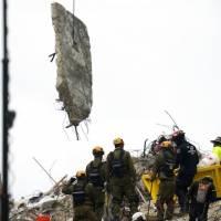 Rescatistas piden más refuerzos en la búsqueda tras edificio colapsado en Miami