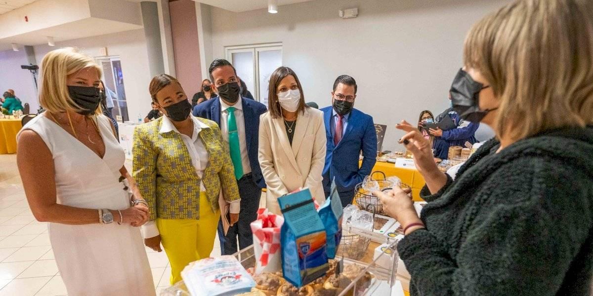 Familia entrega subvenciones económicas a nuevos emprendedores