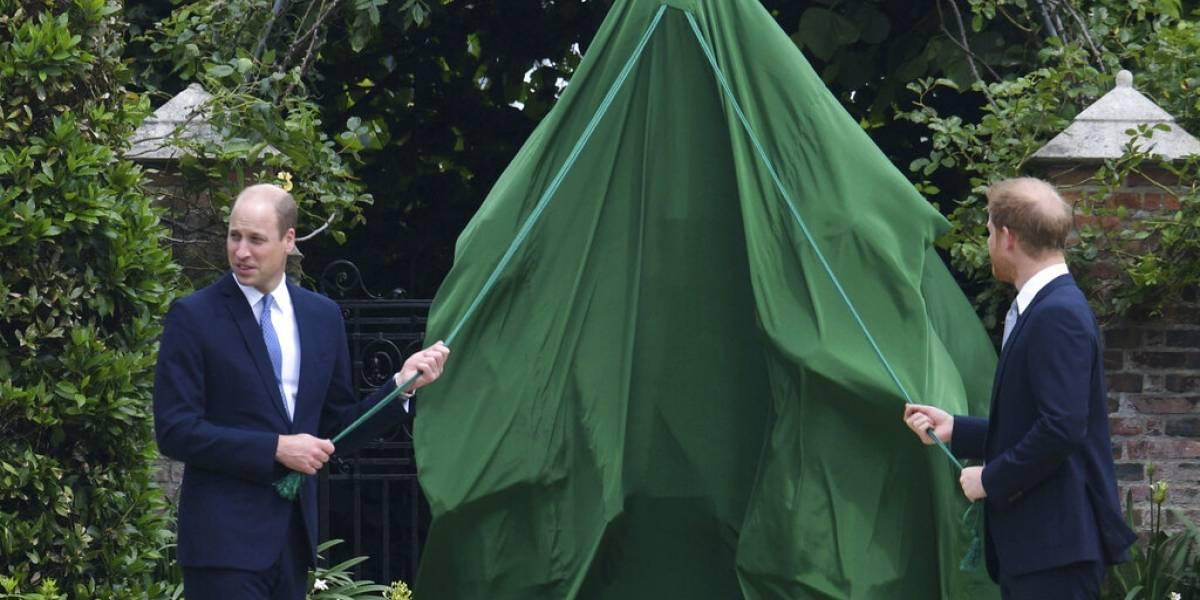 """Revelan diálogo de William y Harry al revelar estatua de Lady Di: """"Sólo tíralo, estaremos bien"""""""
