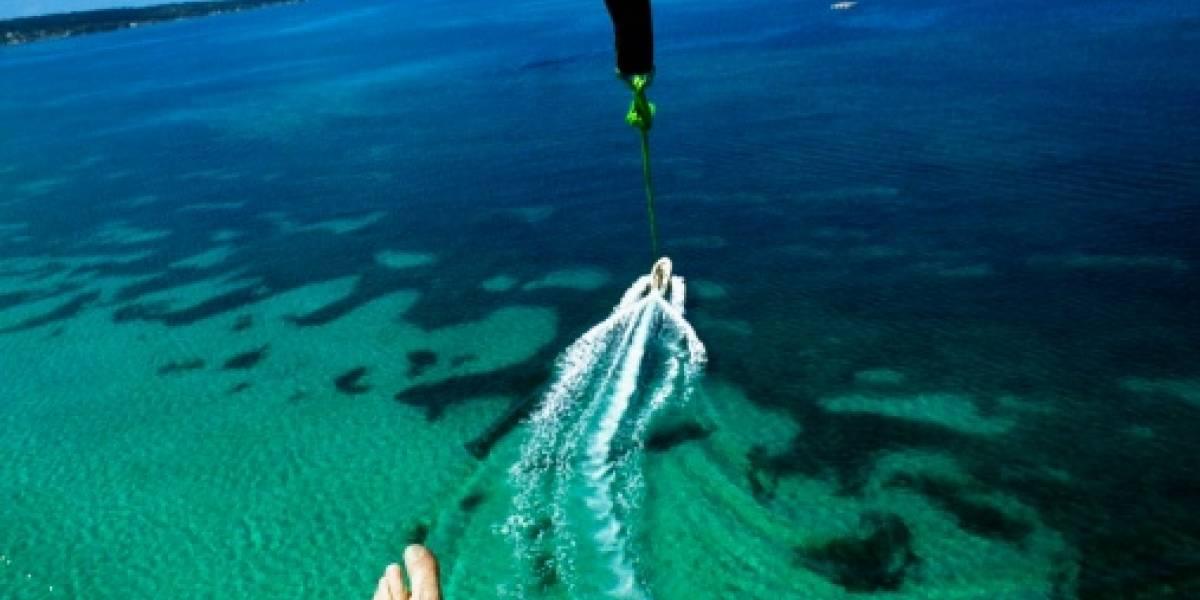 (VIDEO) Hombre volaba en paracaídas y sorpresivamente fue atrapado por un tiburón