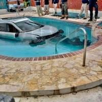 Auto termina en una piscina tras accidente en Cabo Rojo
