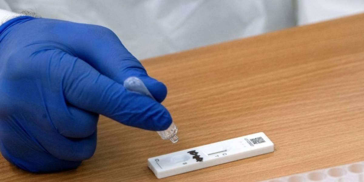 Estudiantes británicos falsificaron pruebas COVID con jugo de naranja para no ir a clase