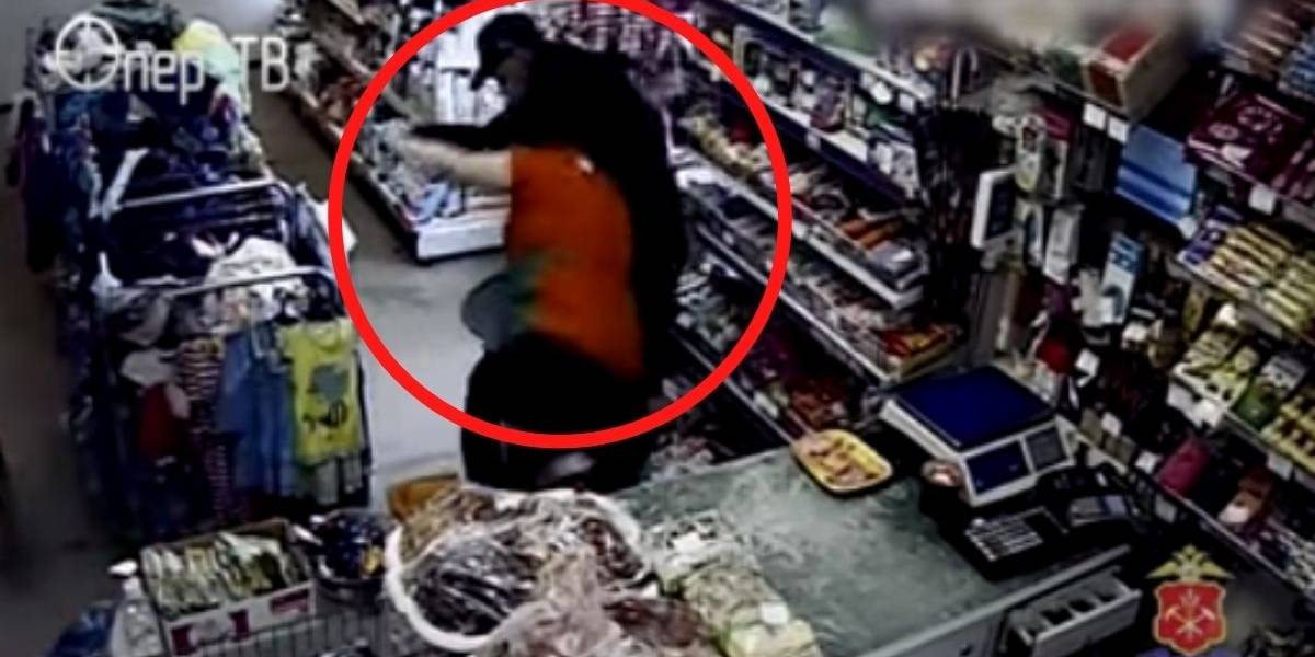 Mujer tumba ladrón que le puso navaja en el cuello para asaltarla en supermercado de Rusia
