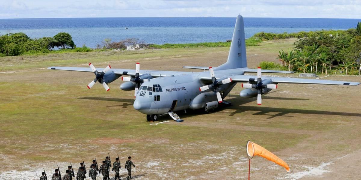 Aumentan a 45 las muertes tras estrellarse avión militar en Filipinas