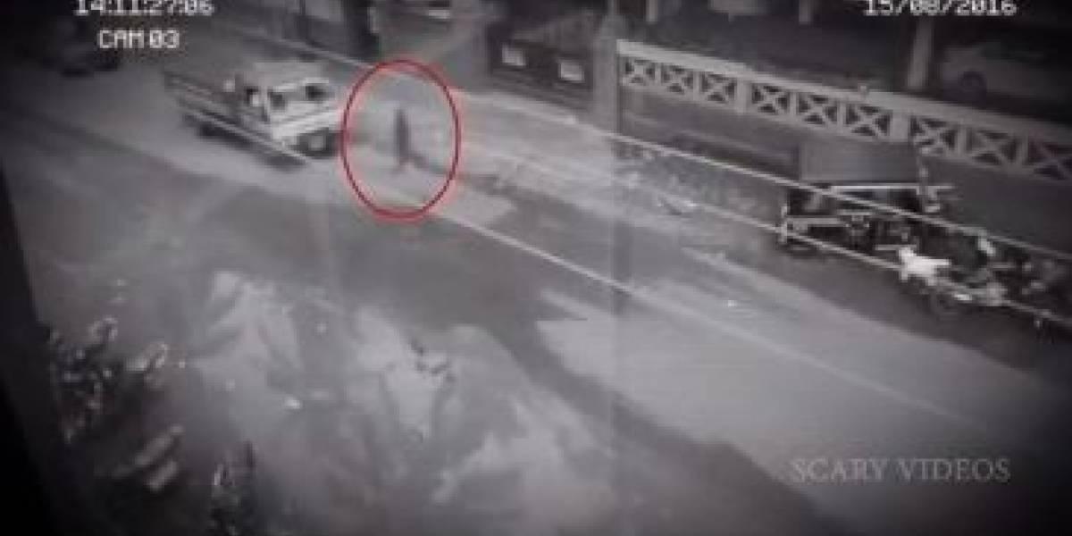 El inexplicable video de un fantasma que traspasa vehículos en una carretera