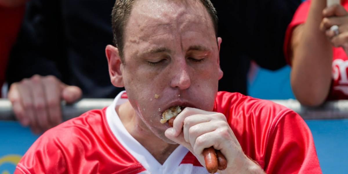 """Hombre se come 76 """"hot dogs"""" en 10 minutos para fijar un nuevo récord"""
