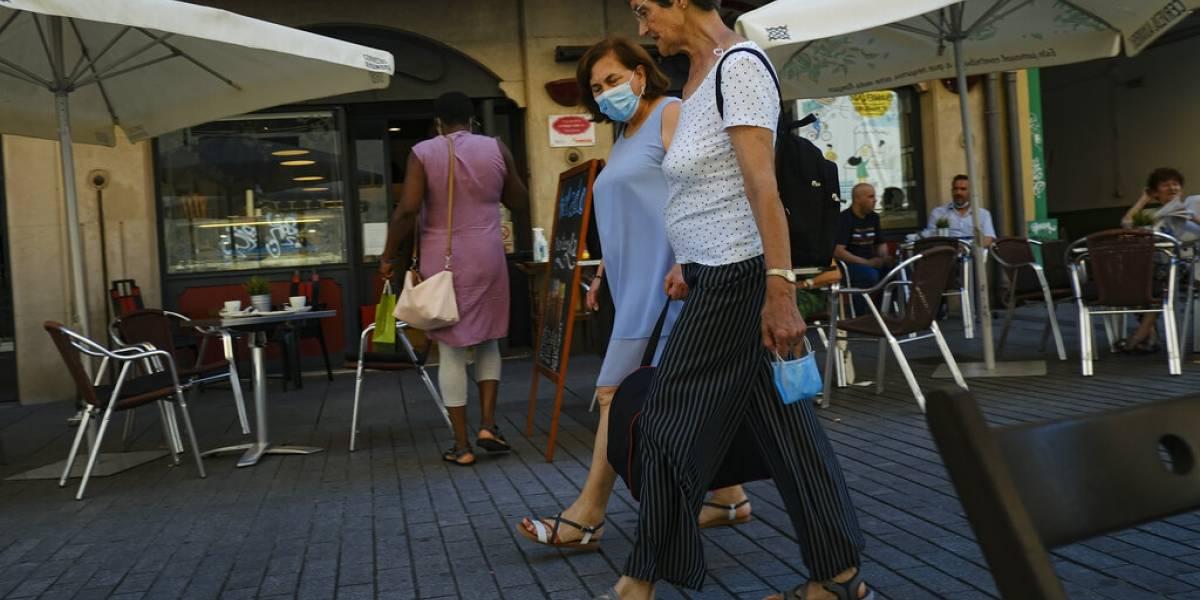 España acelera vacunación mientras algunas regiones retoman restricciones por COVID-19