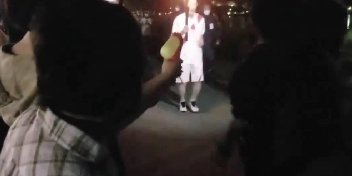 Mujer intenta apagar antorcha olímpica de Tokio 2020 con pistola de agua