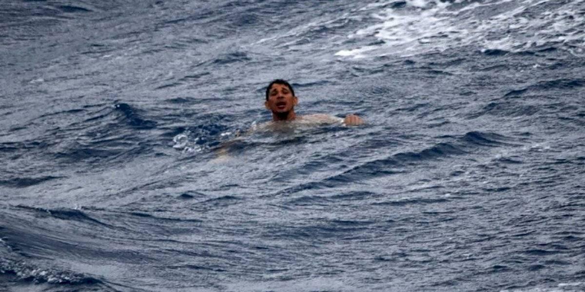 Rescatan a 13 migrantes cubanos en alta mar frente a Florida