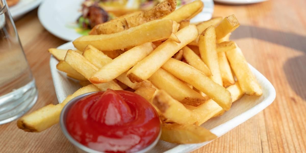 Amenazan con arma a gerente de restaurante tras discusión por cantidad de sal en papas fritas
