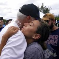 Familias que sufrieron derrumbe de edificio en Miami se unen para darse consuelo