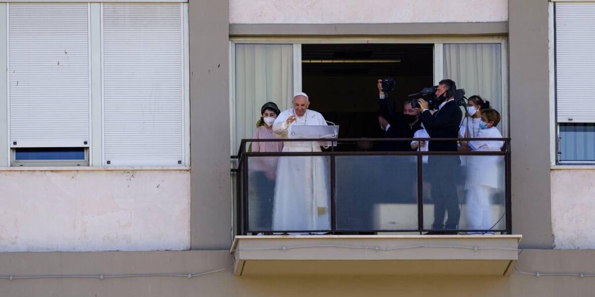 El papa Francisco hace su primera aparición desde su cirugía
