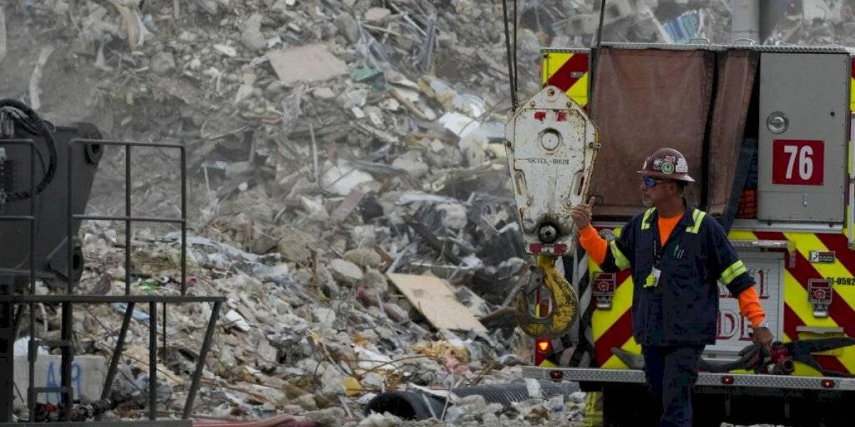 Recuperan pertenencias entre escombros de edificio en Miami