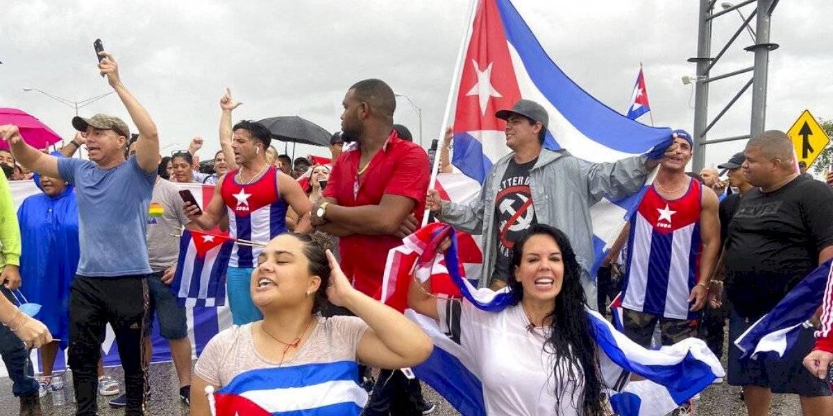 Manifestantes en Miami bloquean autopista en apoyo a cubanos
