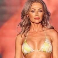 Modelo de 57 años impacta en el Miami Swim Week