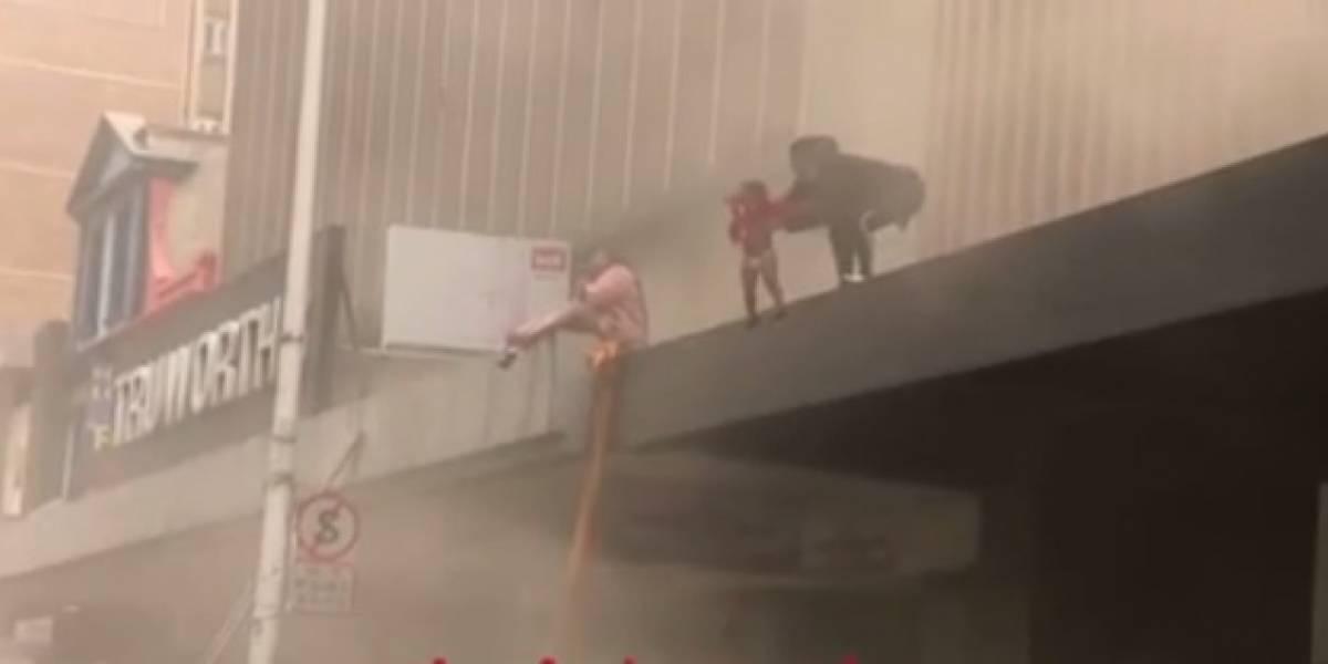 Mujer lanza al vacío a su hija de dos años para salvarla de un incendio en Sudáfrica