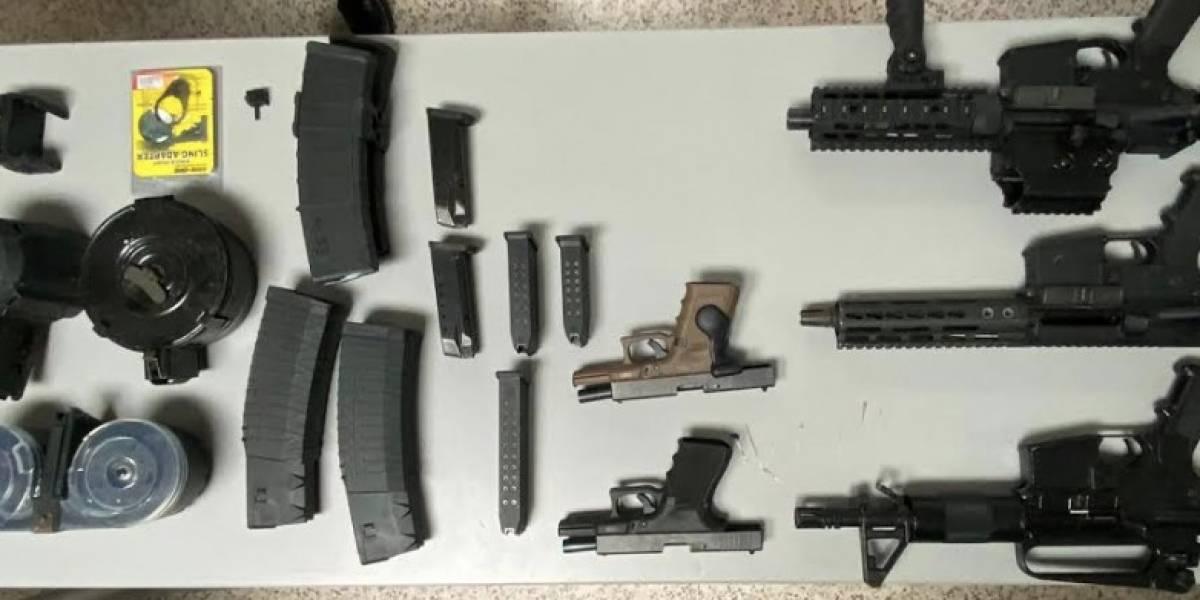 Hallan drogas, pistolas y un rifle tras allanamiento en residencial de Cataño