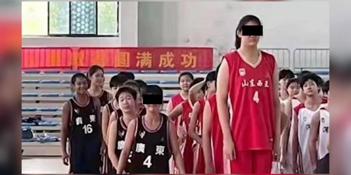 La basquetbolista de 14 años que causa furor por su impresionante altura