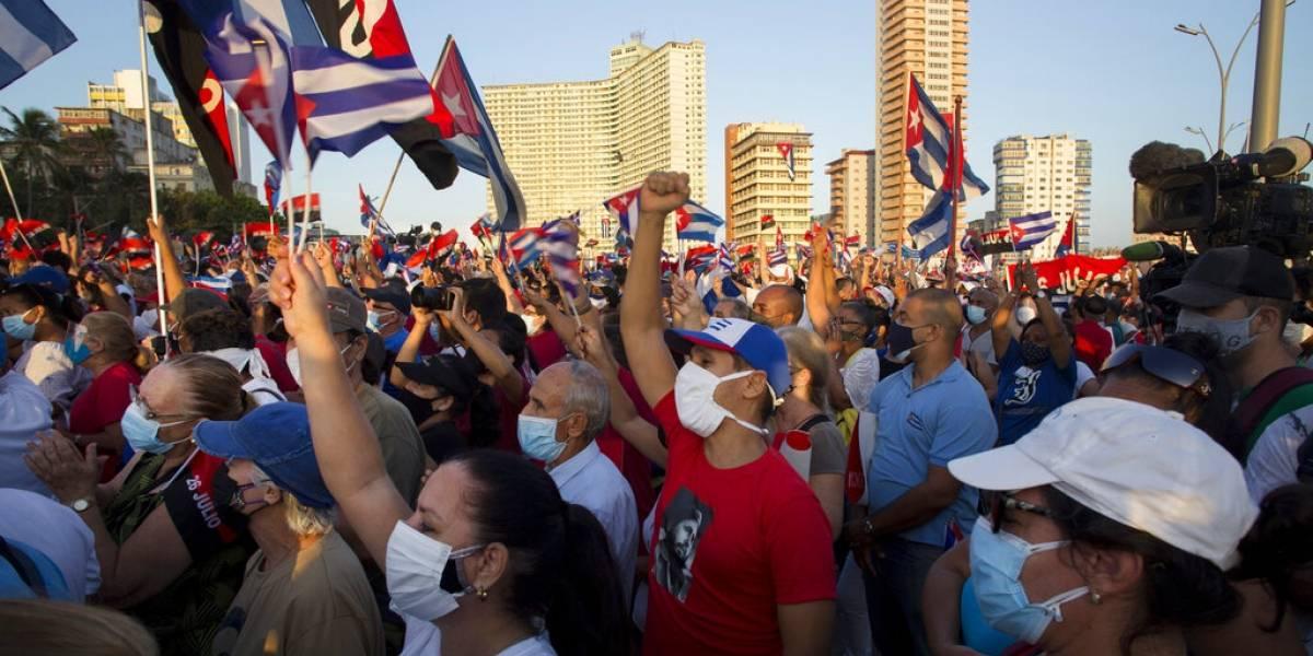 Decenas de miles hacen mítines a favor del gobierno en Cuba