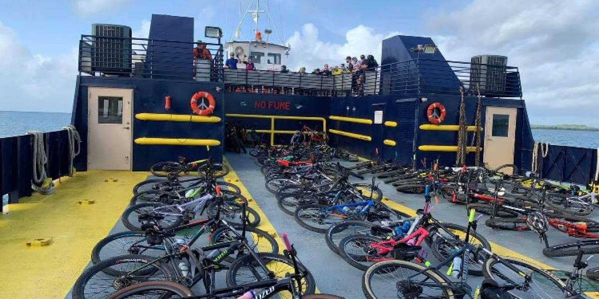 Viequenses protestan contra ciclistas por utilizar embarcación para transportar decenas de bicicletas
