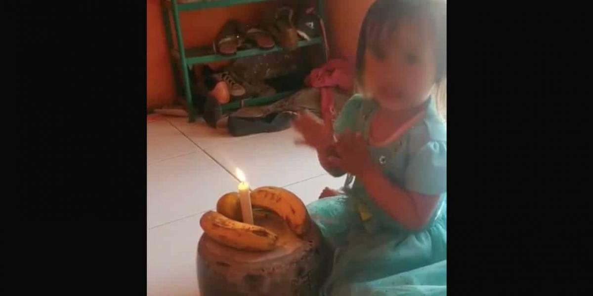 Sus padres no tenían dinero para un pastel, le cantaron cumpleaños con dos plátanos y una vela