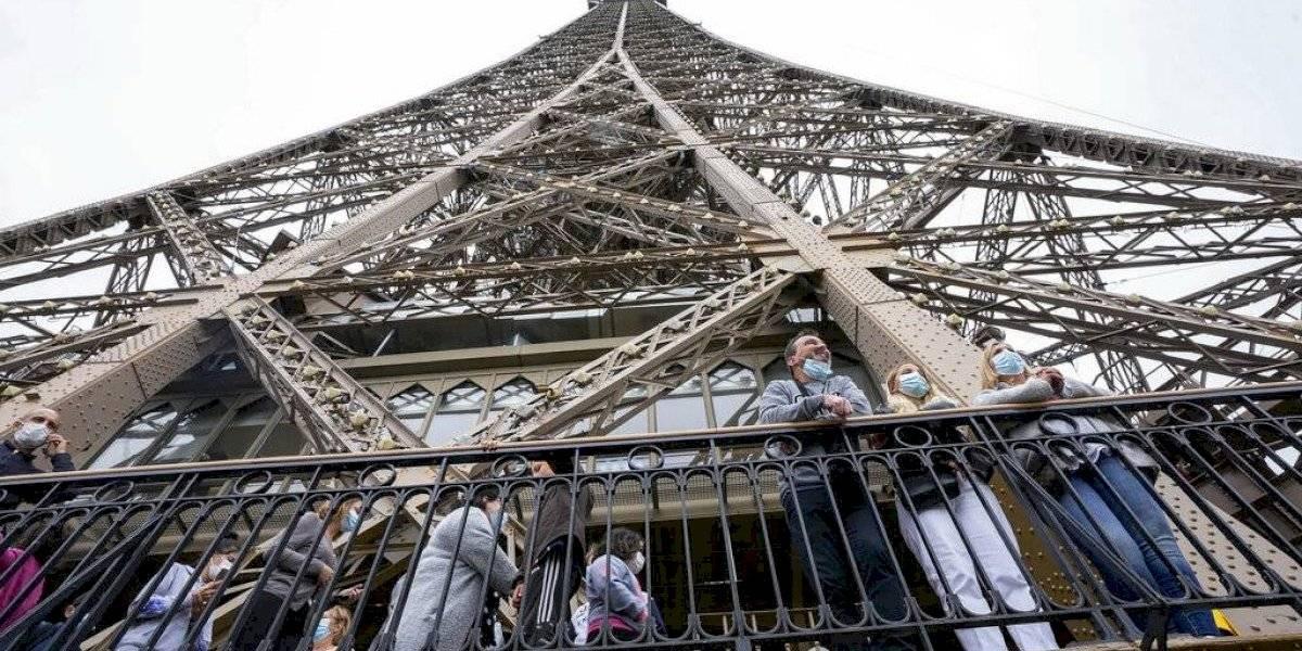 Turistas necesitarán un pase COVID para subir a la Torre Eiffel y otros monumentos