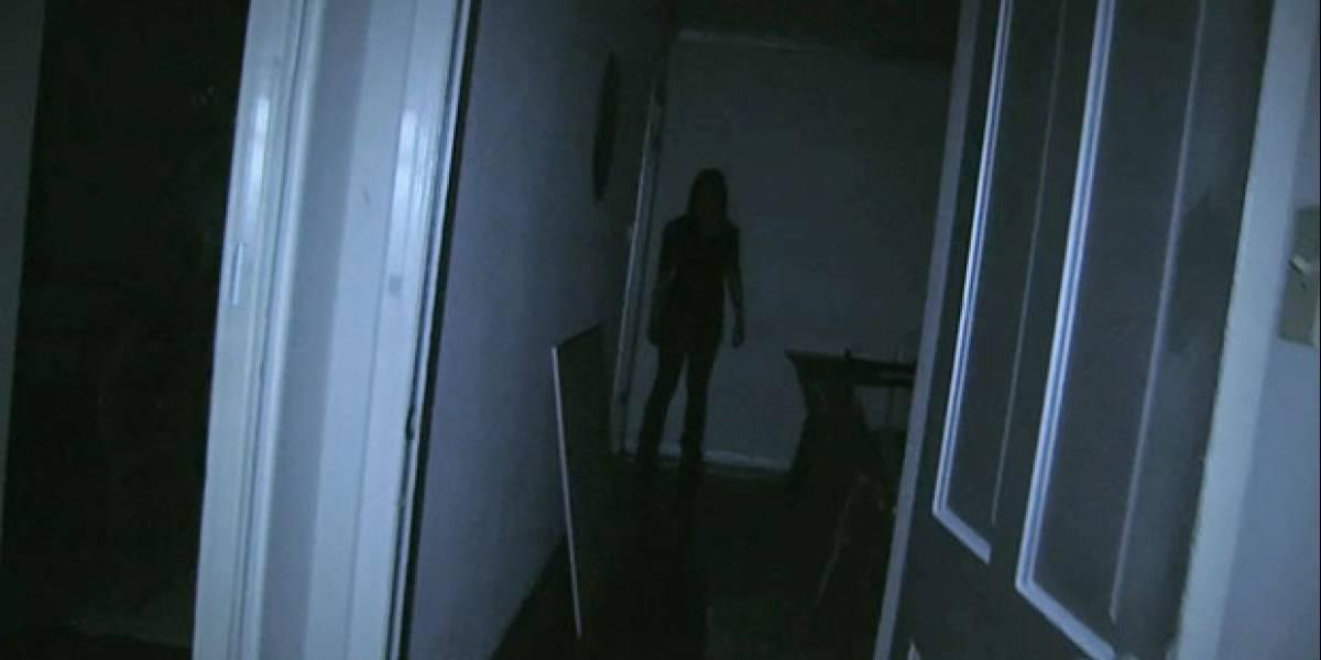 """Familia francesa lleva un mes viviendo en carpa en el balcón: dicen su apartamento está """"embrujado"""""""