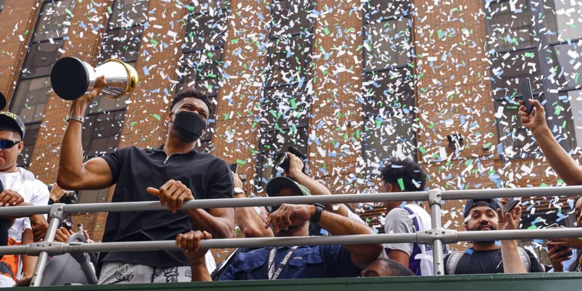 Bucks festejan su campeonato con desfile ante miles de fans en Milwaukee