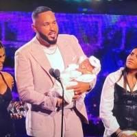 Raphy Pina y Natti Natasha llevan su recién nacida a recibir premio juntos