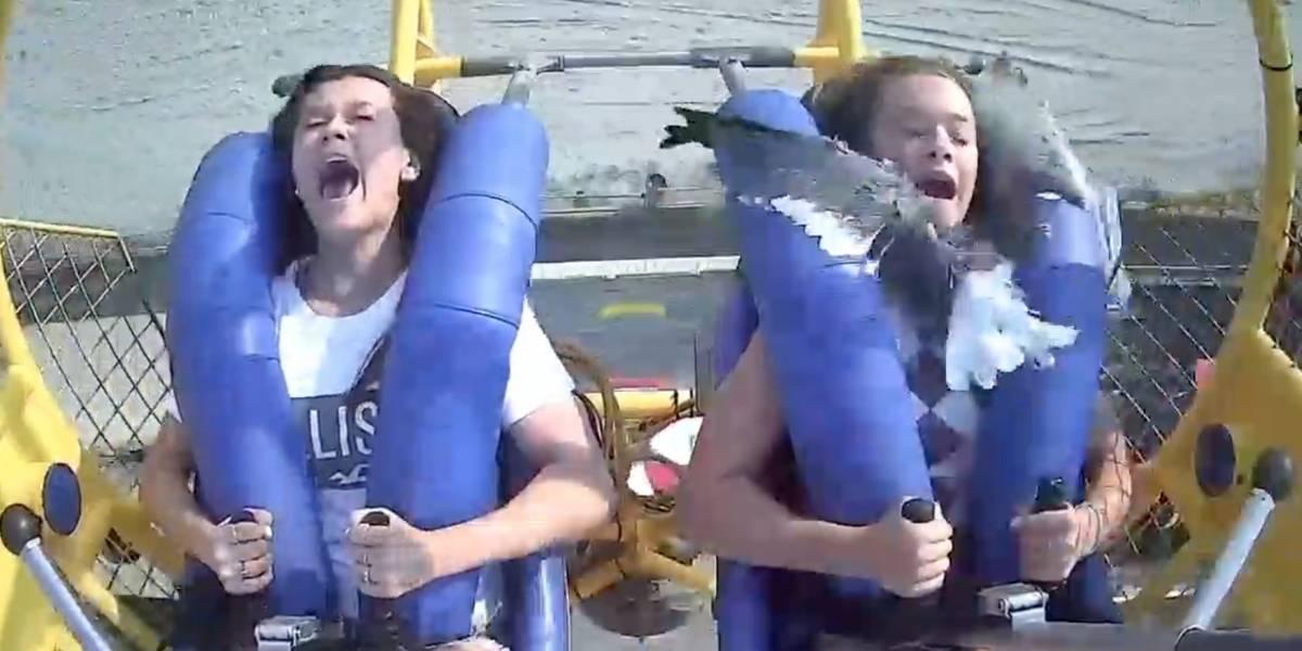 Una joven impacta con una ave mientras estaba en un juego mecánico