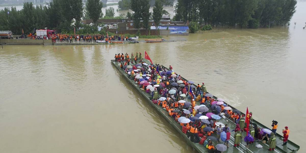 Hombre sobrevive 3 días en estacionamiento inundado en China