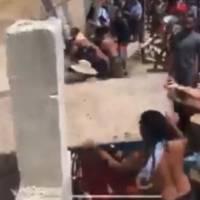 Manifestantes derriban parte del muro en condominio en Rincón