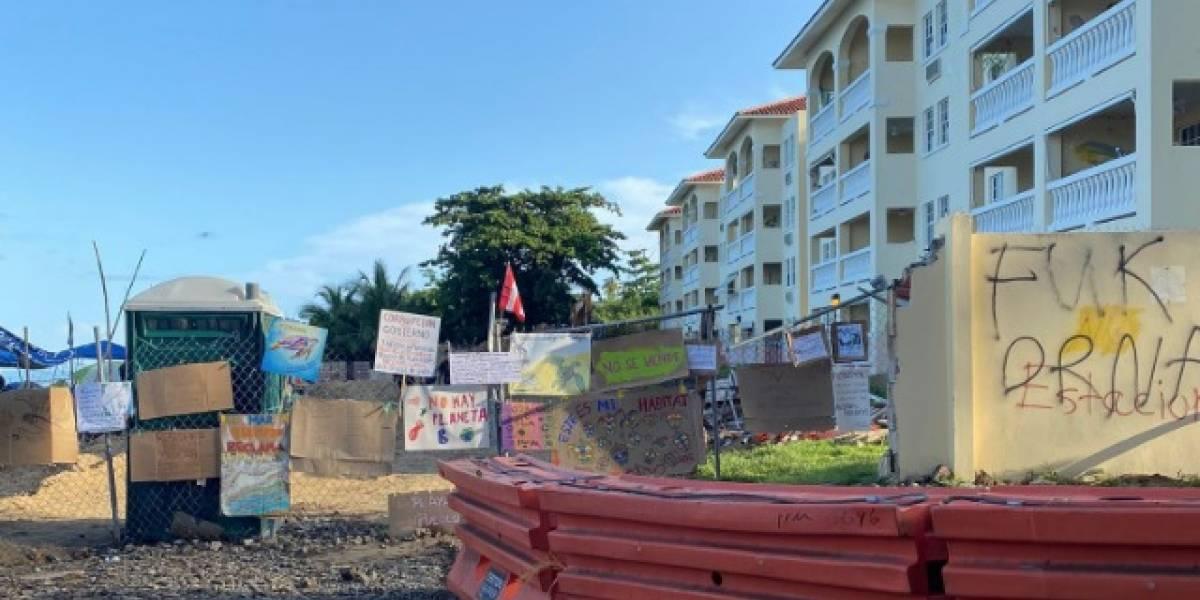 Senador denuncia cierre del paso a la playa en Rincón