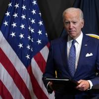 Biden considera hacer obligatoria la vacunación para empleados federales