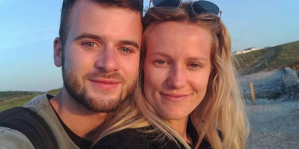 Hombre lee votos matrimoniales en el funeral de su novia: murió dos semanas antes de la boda