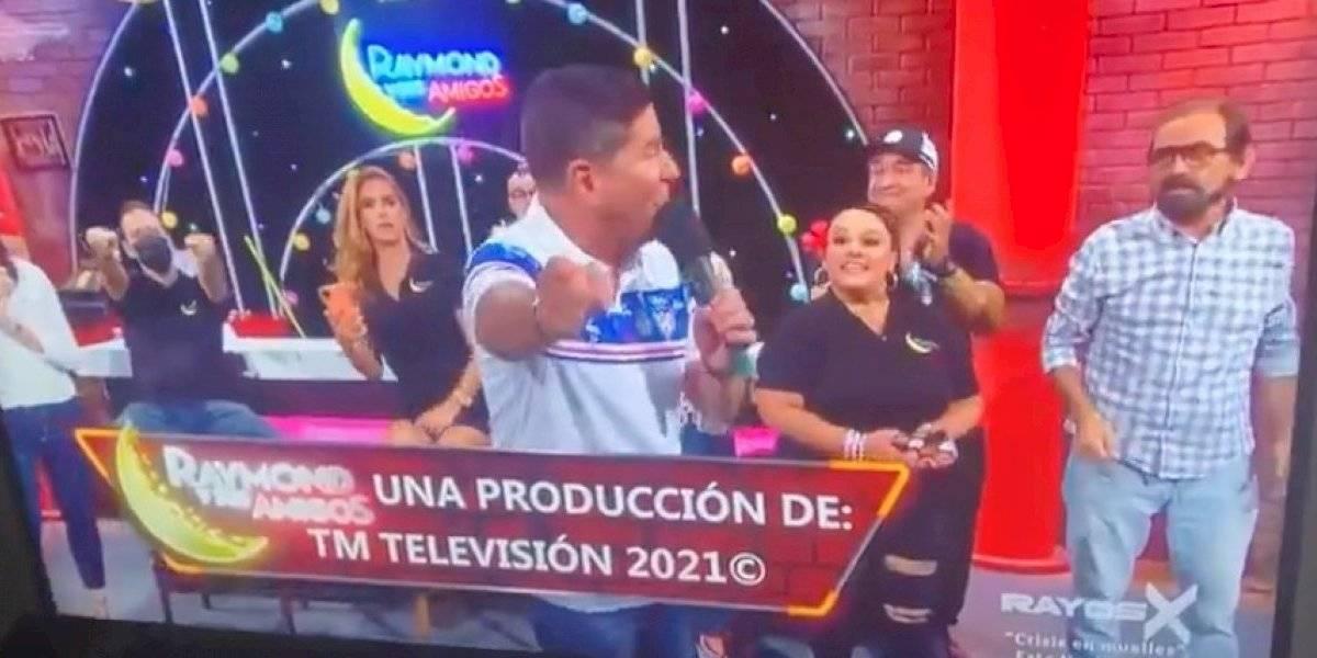 """Tremendo pasme para Raymond al presentar a """"Jay y sus Rayos X"""" en vivo"""