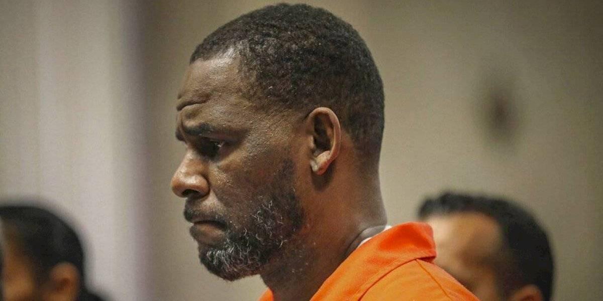 Testigo acusa a R. Kelly de encerrarla antes de abuso sexual
